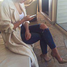 nude pumps and trench